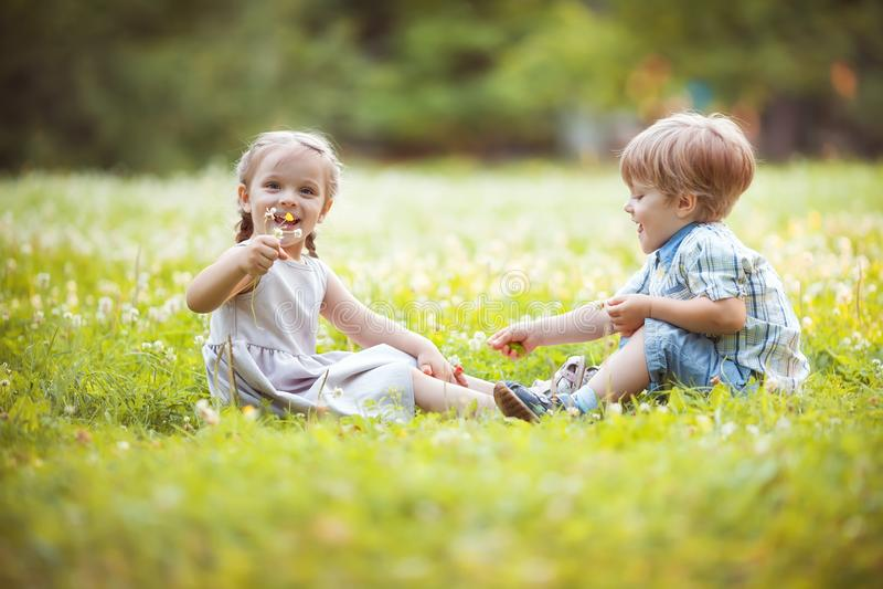 Pequeños gemelos divertidos foto de archivo