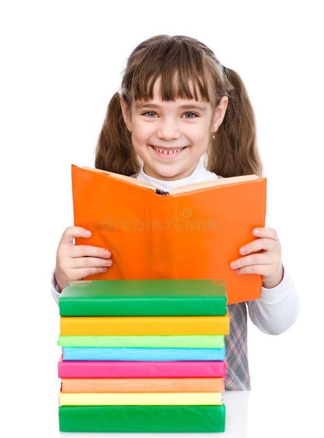 Pequeños libros de lectura de la muchacha Aislado en el fondo blanco fotos de archivo libres de regalías