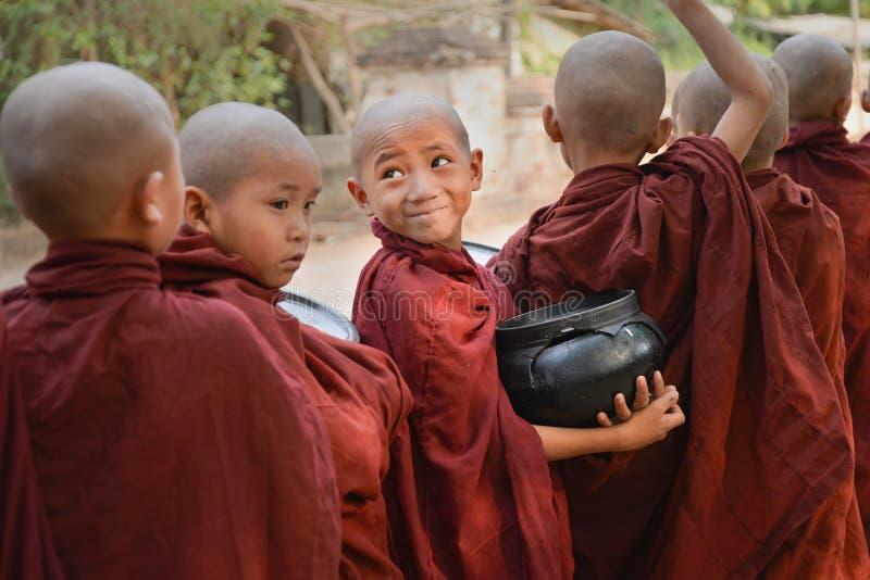Pequeños monjes que miran la cámara fotografía de archivo libre de regalías