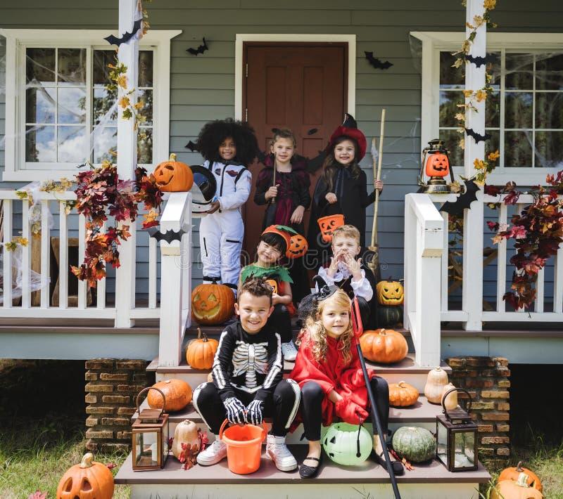 Pequeños niños en disfraces de Halloween foto de archivo