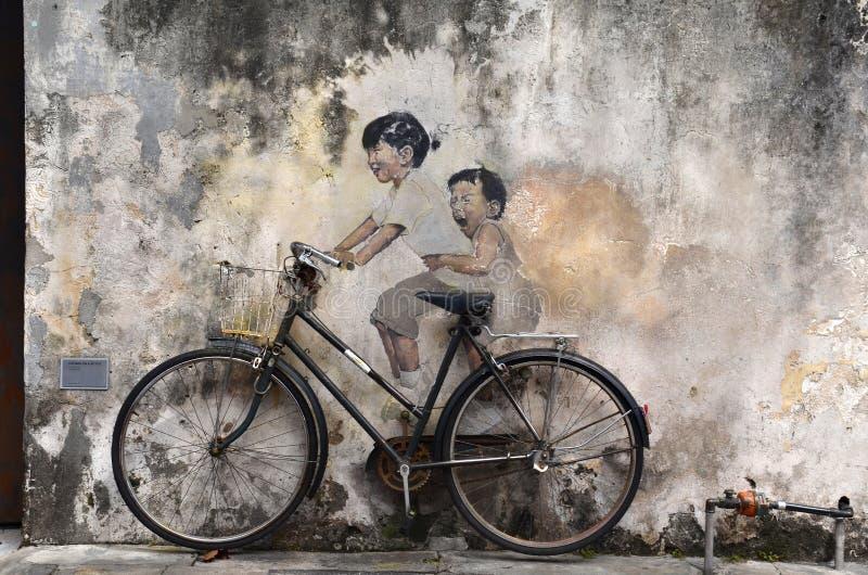 Pequeños niños en un mural del arte de la calle de la bicicleta del Lithuanian libre illustration