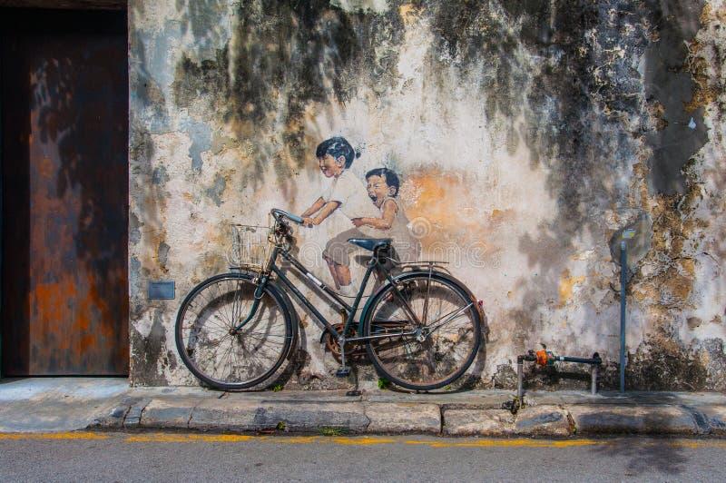 Pequeños niños en una bicicleta libre illustration