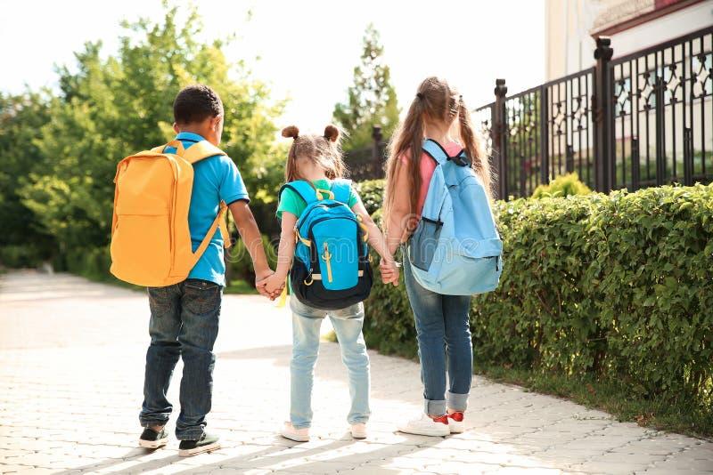 Pequeños niños lindos con las mochilas fotografía de archivo libre de regalías