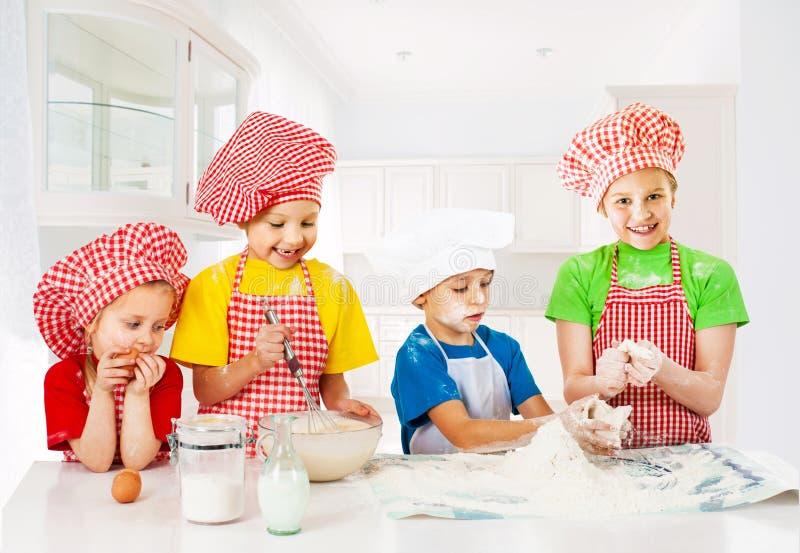 Pequeños panaderos divertidos fotografía de archivo libre de regalías