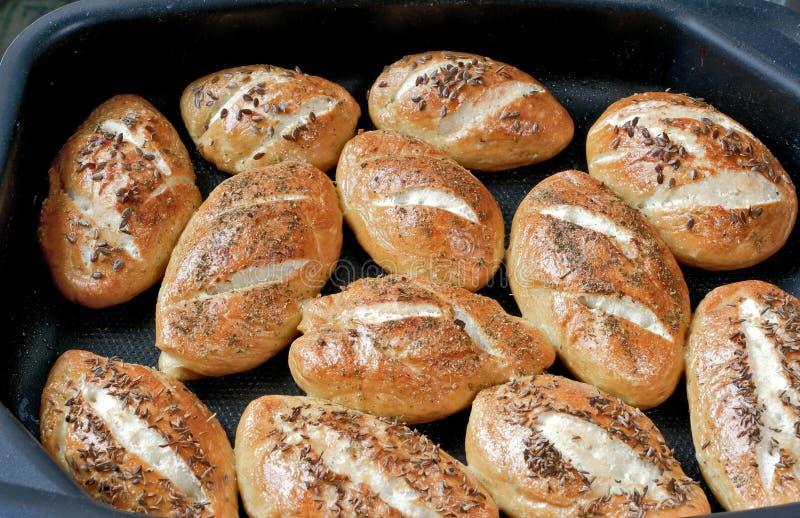 Pequeños panes del pan en la hoja de galleta foto de archivo libre de regalías