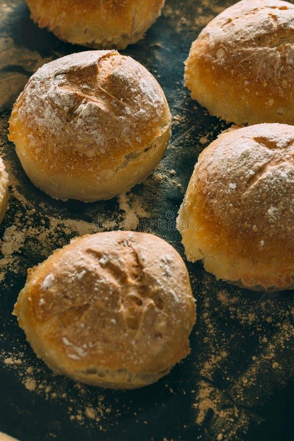 Pequeños panes tradicionales cocidos recientemente, en la bandeja imagen de archivo libre de regalías