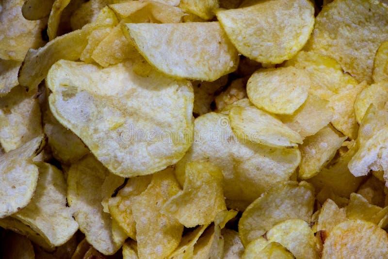 Pequeños pedazos de las patatas fritas imagen de archivo