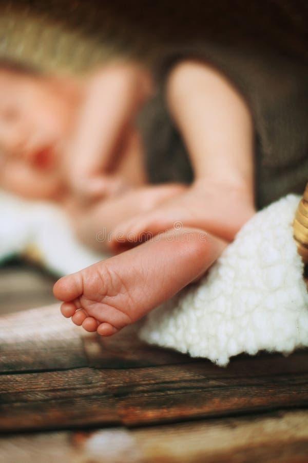 Pequeños pies blancos de un bebé recién nacido que duerme imagen de archivo