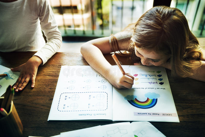Pequeños preescolares que escriben concepto de la actividad foto de archivo