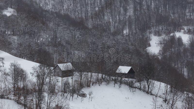 Pequeños pueblos aislados en Rumania durante invierno imagen de archivo