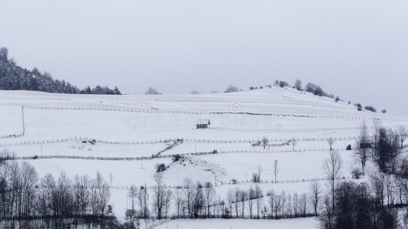Pequeños pueblos aislados en Rumania durante invierno fotos de archivo