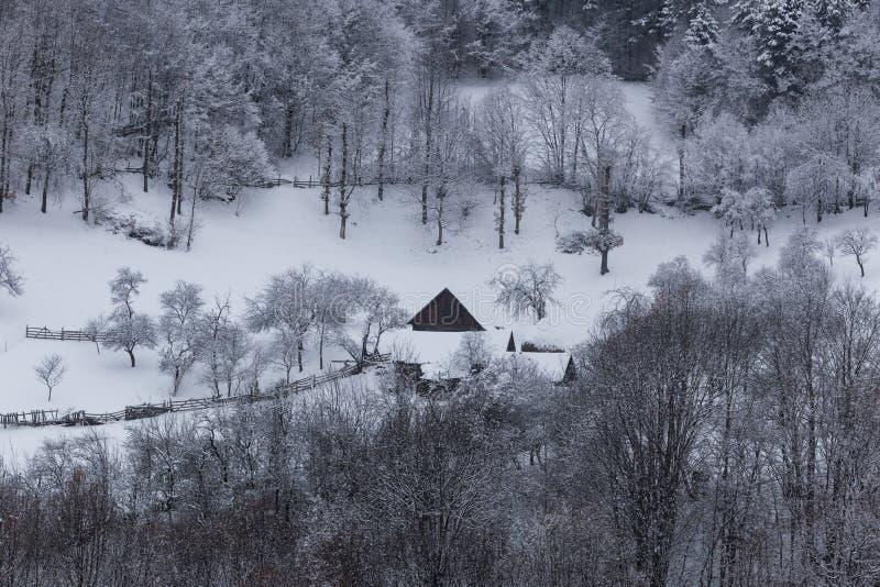 Pequeños pueblos aislados en Rumania durante invierno imágenes de archivo libres de regalías