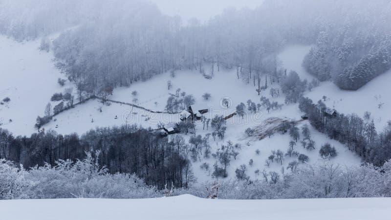 Pequeños pueblos aislados en Rumania durante invierno imagenes de archivo
