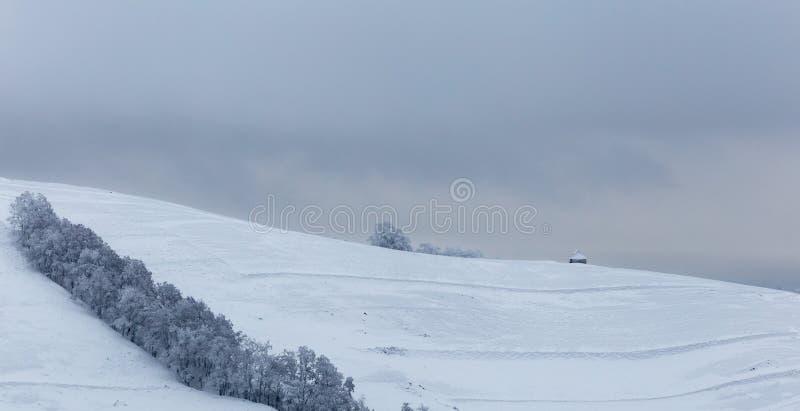 Pequeños pueblos aislados en Rumania durante invierno foto de archivo