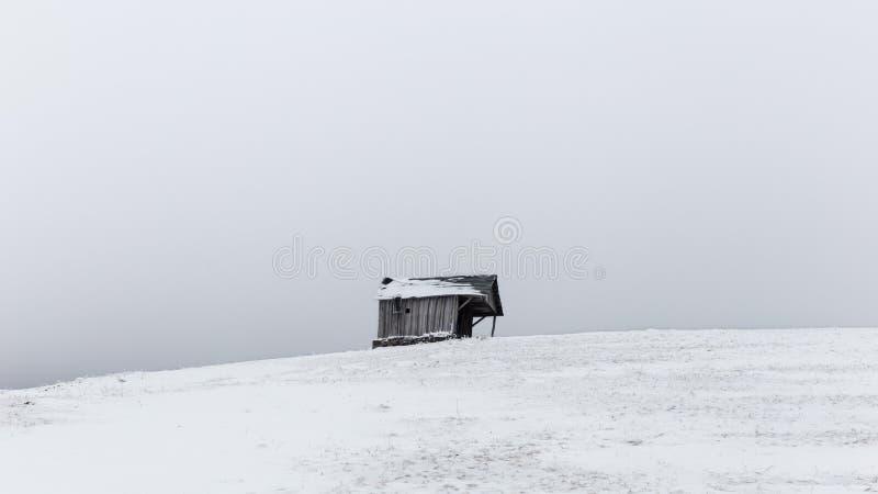 Pequeños pueblos aislados en Rumania durante invierno fotos de archivo libres de regalías