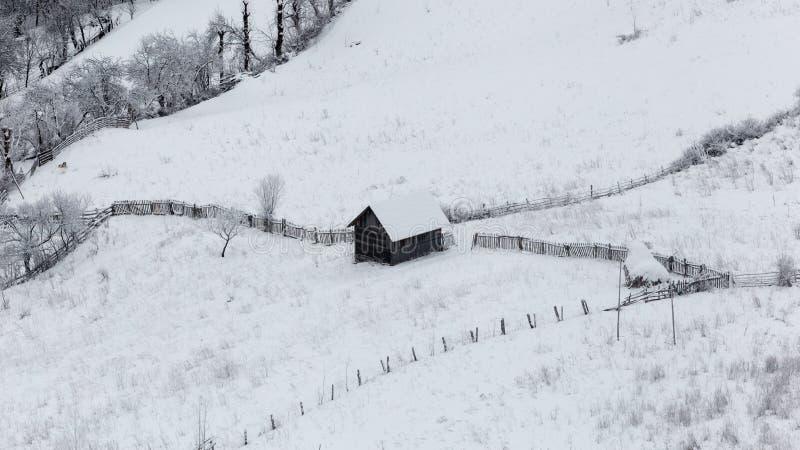 Pequeños pueblos aislados en Rumania durante invierno fotografía de archivo libre de regalías