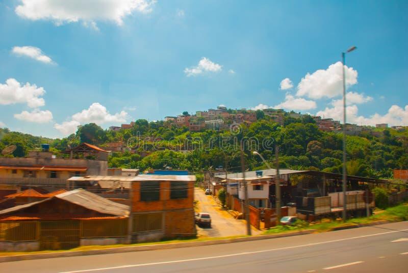Pequeños pueblos en el camino a Rio de Janeiro Campos de desatención y colinas del paisaje hermoso con las nubes blancas y el cie imagenes de archivo