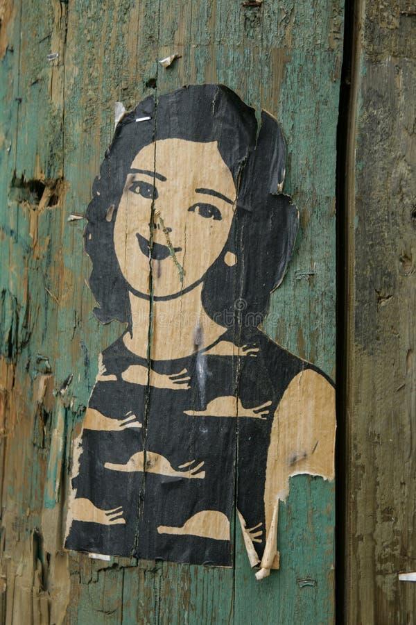 Pequeños relieves de una mujer en posts de madera fotos de archivo libres de regalías