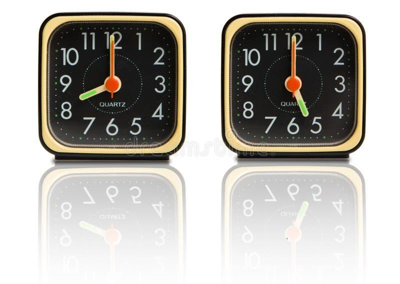 Pequeños relojes que muestran 8 a 5 imagen de archivo