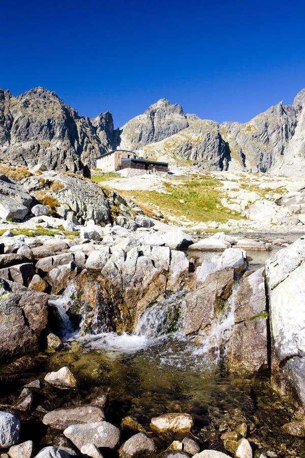 Pequeños valle y cabaña fríos de Teryho en el fondo, Vysoke Tatry imagen de archivo
