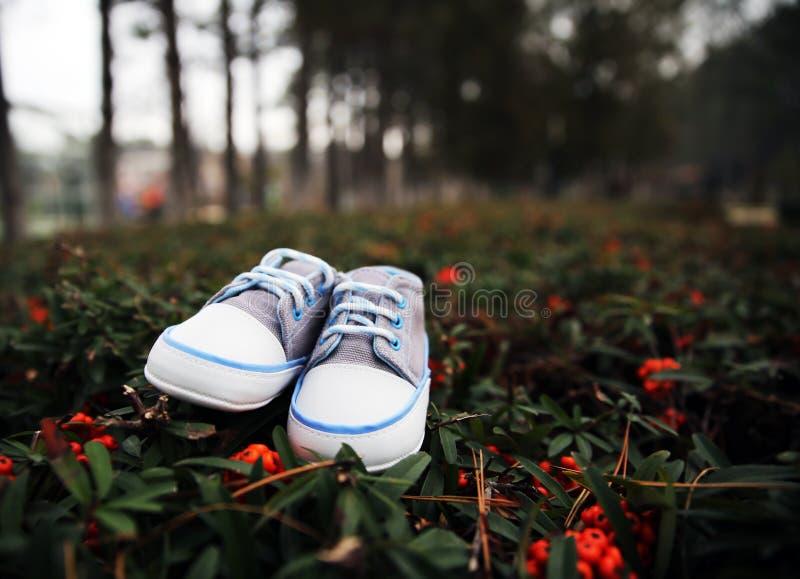 Pequeños zapatos de bebé imagen de archivo libre de regalías