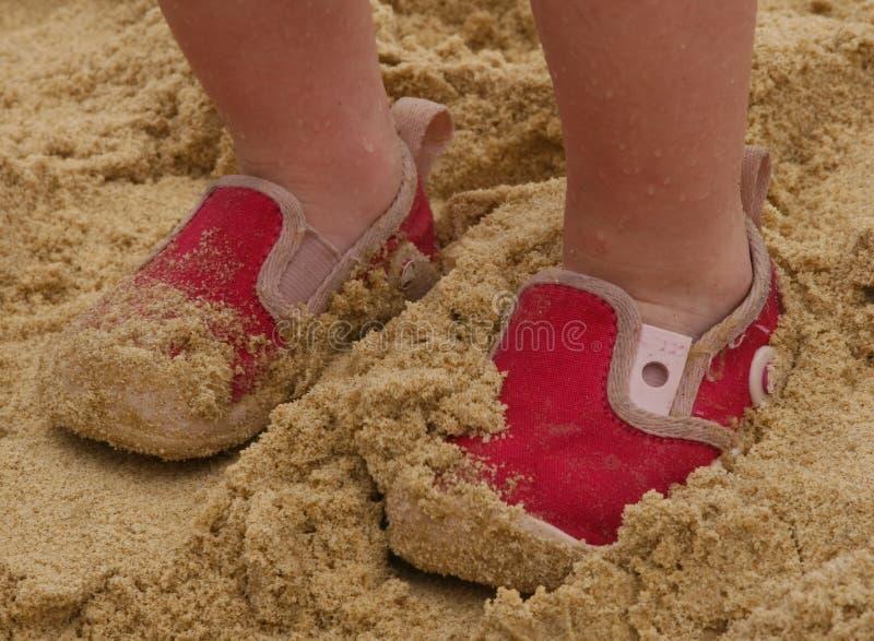 Pequeños zapatos rosados foto de archivo