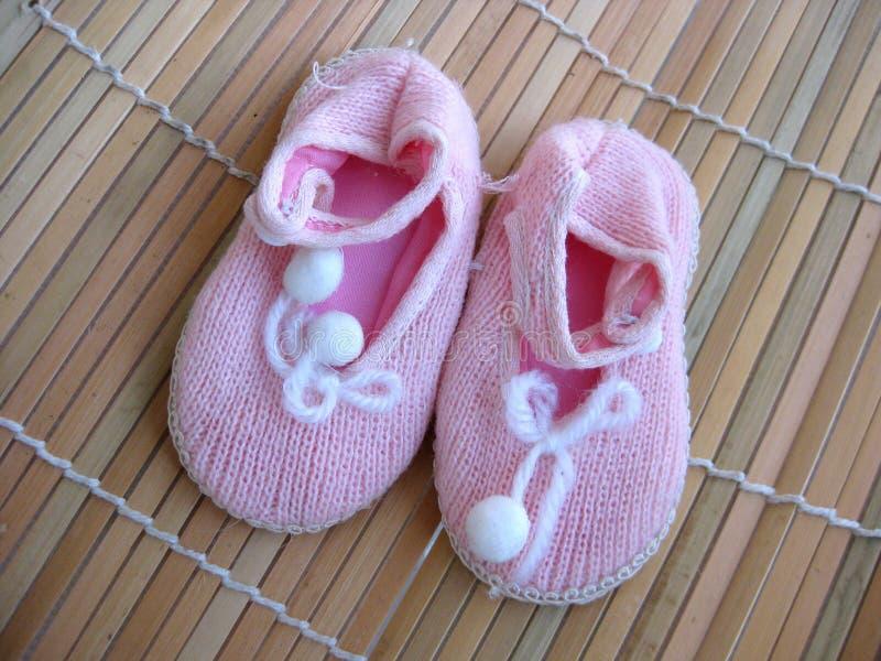 Pequeños zapatos rosados para el bebé imágenes de archivo libres de regalías