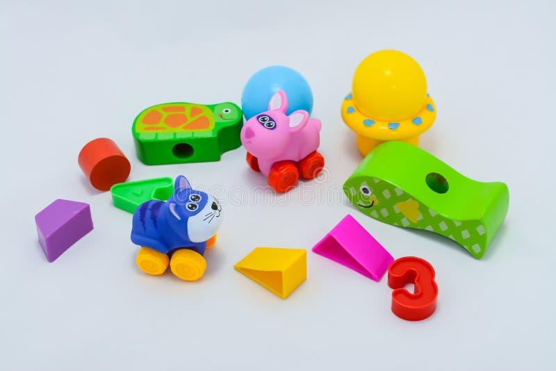 Peque?as formas de los juguetes del beb?, coloridos, diversos y tama?os fotografía de archivo