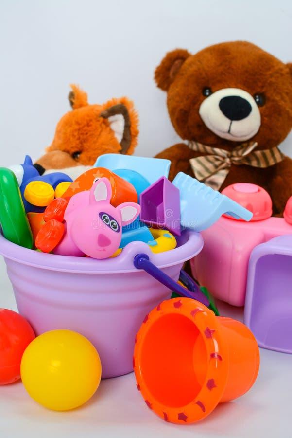 Peque?as formas de los juguetes del beb?, coloridos, diversos y tama?os fotos de archivo