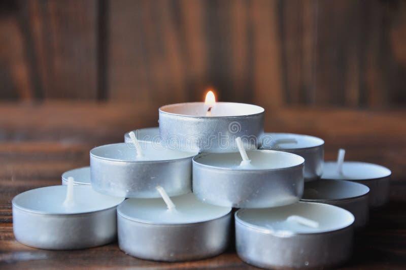 Peque?as velas - las p?ldoras se apilan en una pir?mide en una tabla de madera imagen de archivo