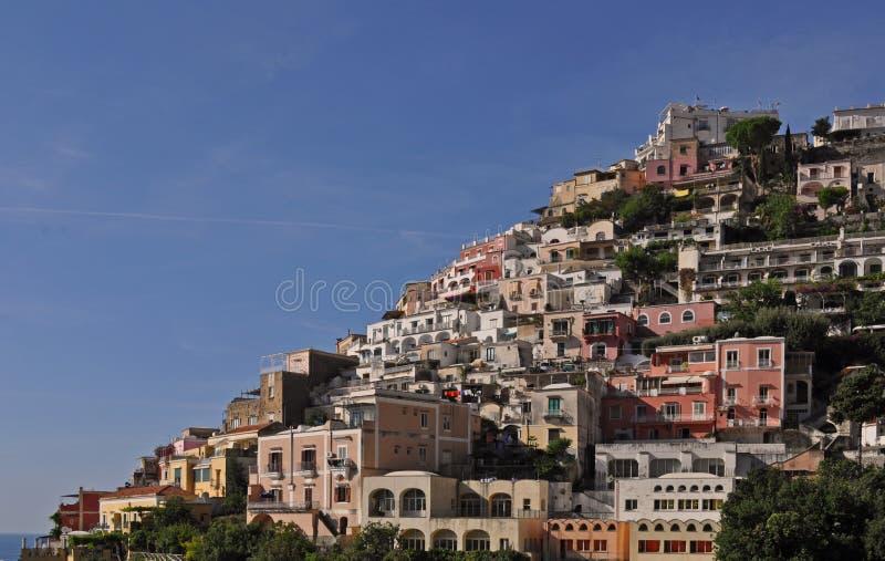 Peque?a ciudad de Positano a lo largo de la costa de Amalfi con sus numerosos colores maravillosos y casas colgantes, Campania, I imagenes de archivo