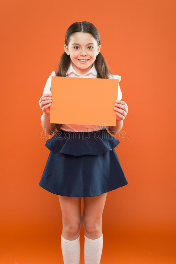 Peque?a colegiala Uniforme escolar feliz del desgaste de la muchacha De nuevo a concepto de la escuela Cartel sonriente de la dem fotografía de archivo libre de regalías