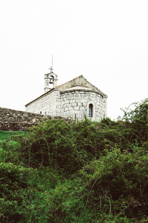Peque?a iglesia de piedra vieja con la arquitectura t?pica para los pueblos de Montenegrian Niksic, Montenegro fotografía de archivo