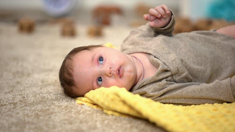 Peque?a mentira adorable del beb?, estad?sticas del nacimiento y ayuda gubernamental de los ni?os imagenes de archivo
