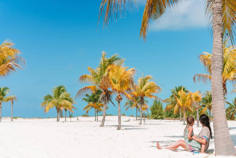 Peque?a muchacha adorable y madre joven en la playa tropical imagen de archivo libre de regalías