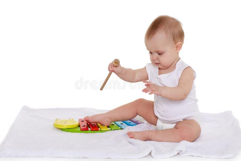 Peque?o beb? con los juguetes educativos fotografía de archivo
