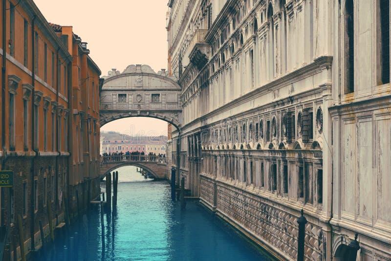 Peque?o canal rom?ntico, edificios viejos y casas venecianas tradicionales imagenes de archivo