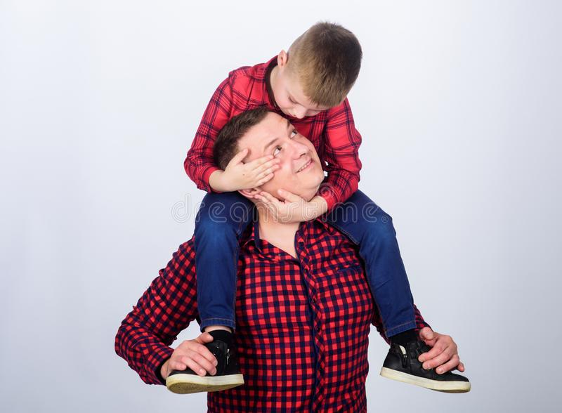 peque?o muchacho con el hombre del pap? D?a de padres Disfrutando del tiempo junto Familia feliz junto Ni?ez parenting Padre e hi fotos de archivo