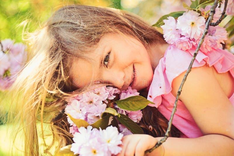 Peque?o ni?o Belleza natural El d?a de los ni?os Moda de la muchacha del verano Ni?ez feliz cara y skincare Alergia a las flores fotografía de archivo