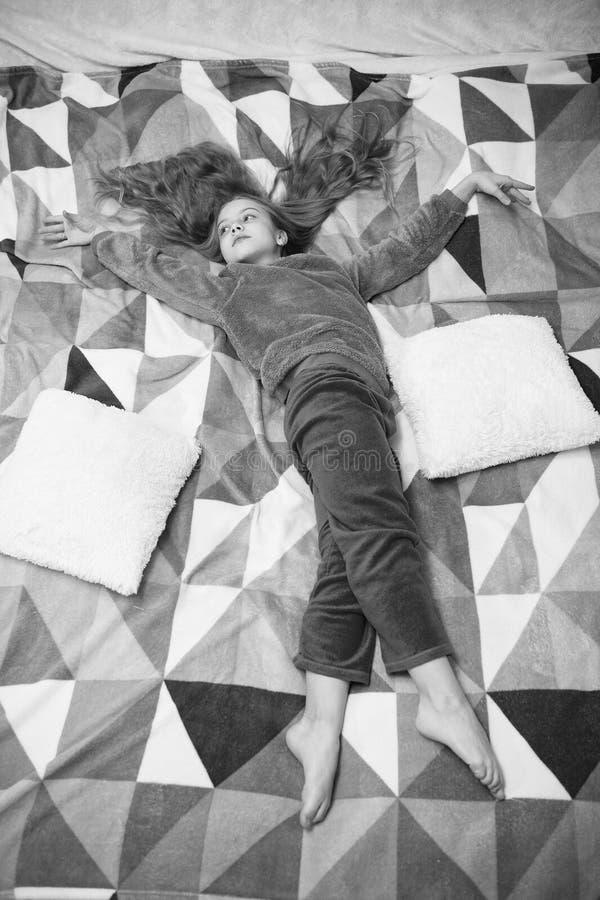 Peque?o ni?o de la muchacha listo para dormir Hora de relajarse Felicidad de la ni?ez Poco muchacha feliz en dormitorio Partido d foto de archivo