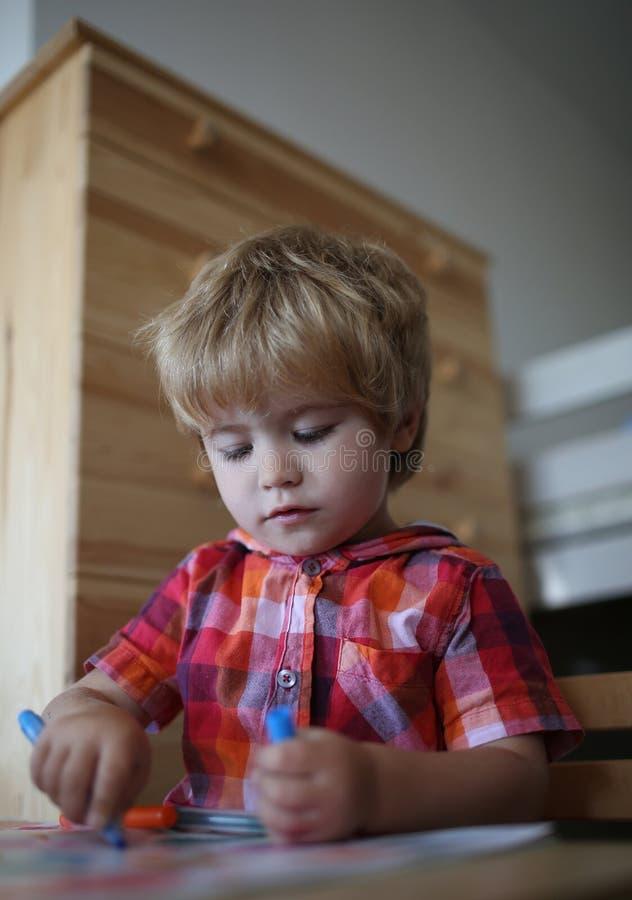 peque?o ni?o del muchacho que come el desayuno de la ma?ana de la manzana, pl?tano, leche foto de archivo libre de regalías