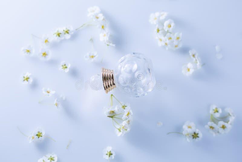 Peque?o perfume y flores blancas foto de archivo