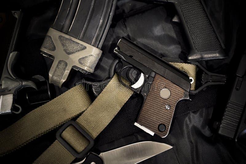 Peque?a pistola ocultada, mini arma de mano compacta para la mujer en fondo negro fotos de archivo libres de regalías
