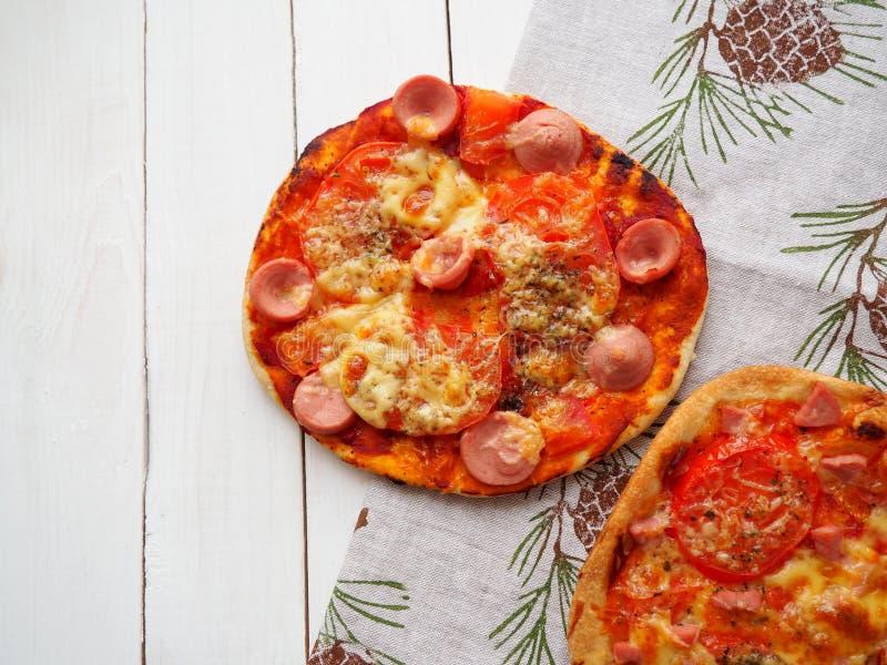Peque?a pizza con las salchichas fotografía de archivo