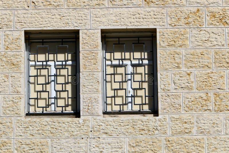 Peque?a ventana en una ciudad grande imagen de archivo