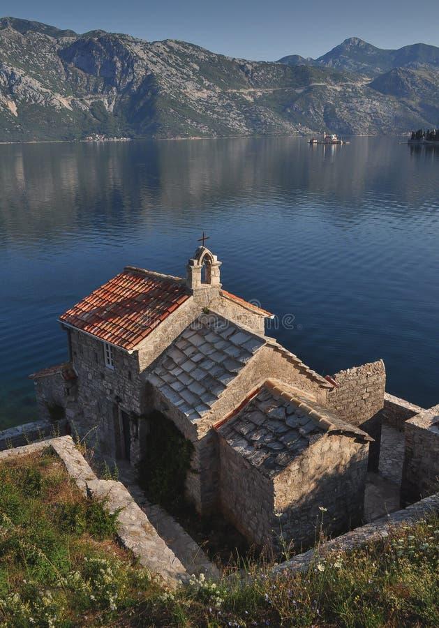 Pequena igreja de Angels no mar Adriático na baía de Kotor imagem de stock royalty free