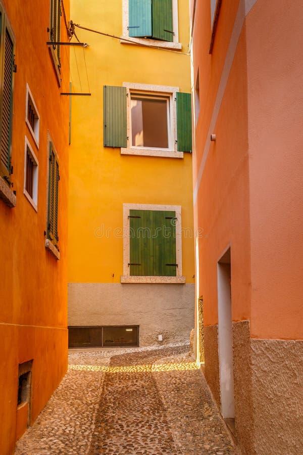 Pequena rua europeia estreita em Itália, Malcesine, Lake Garda fotos de stock royalty free