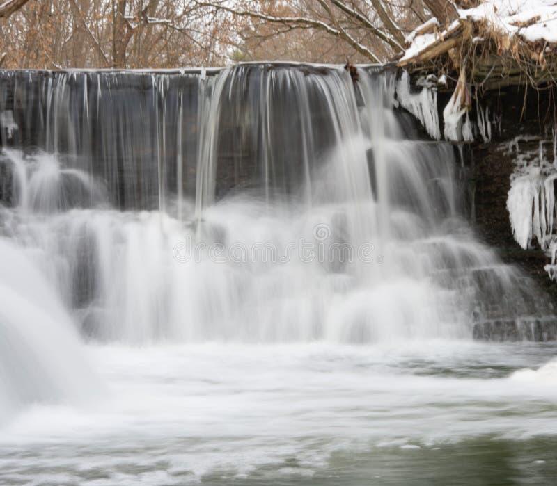 Pequenas etapas nas cascatas do rio de inverno fotografia de stock royalty free