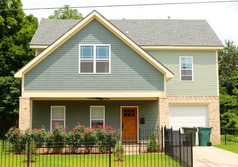 Pequeno única casa familiar urbana foto de stock royalty free