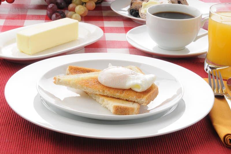 Pequeno almoço caçado do ovo no brinde com café fotos de stock